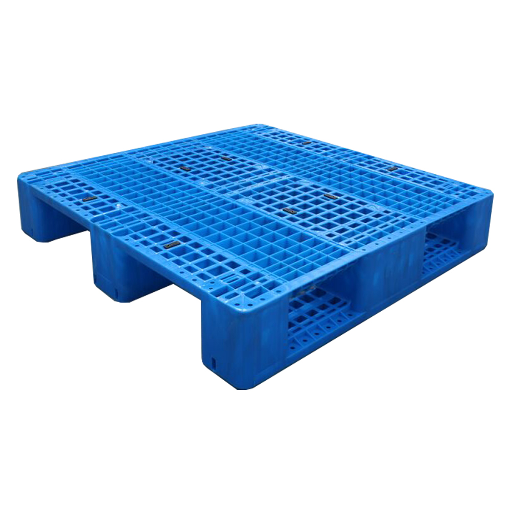 Do plastic pallets have any advantages in industries such as flour?